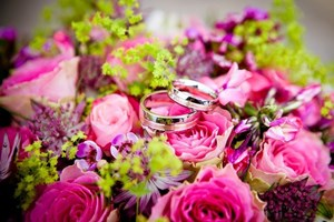 Wedding_Rings_on_Wedding_Bouquet_of_Flowers